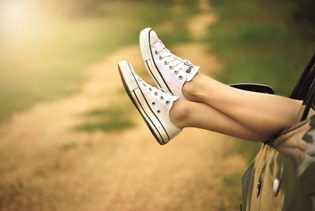 Domowe sposoby na rozbijanie butów